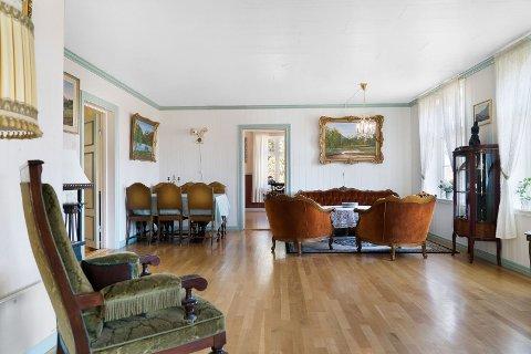 Bildet er tatt i en av de fire stuene. Nå skal dette 115 år gamle huset få nye eiere.