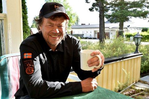 KAFFEPAUSE: Lars Monsen tok seg tid til en kaffepause på Gaarderløkka i Elverum, der han slo av en prat med Østlendingen om planene i Elgå.