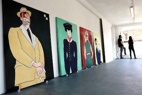 Stor kunst: Det er svære dimensjoner over maleriene som Johan Reisang og Ela Buria har laget til årets Hamsundager i Hamarøy. Kunstnerne selv står i bakgrunnen.