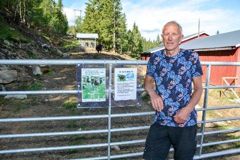 Sverre Amundsen ved grinda som har kommet opp langs veien opp til Skistua. Deretter møter man på en fôrhekk der både kyr og okser beiter vinter og sommer. Nå står Skistua i fare for å bli stengt.