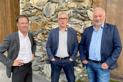FORNØYDE: Tre fornøyde herrer etter at den viktige gruvekontrakten er på plass. F.v. Øystein Rushfeldt i  Nussir, varaordfører Terje Wikstrøm i Hammerfest og adm.dir. Frode Nilsen i LNS.