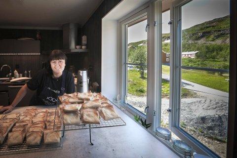 Mona Mosti og Fjellfarer har hatt stor suksess med «Sellkaker», en hjemmelaget spesialitet. Nå vil hun selge retten fra hengeren på varebilen. Foto: Tom Melby