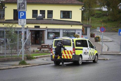 VOLDELIG: Politiet måtte mandag ettermiddag rykke ut til Jernbanekafeen for å ta hånd om en  beruset og voldelig mann i 50-årene.
