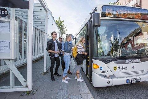 Passasjerer går på bussen i sentrum.