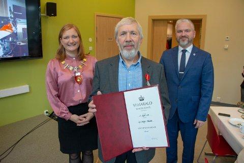 Leif Håkestad (70) har fått Kongens fortjenstmedalje. Ordfører Ida Pinnerød og fylkesmann Tom Cato Karlsen sto for overrekkelsen under en markering på MIND-senteret i Bodø, onsdag.