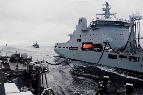 PÅ VEI: Dette bildet, tatt sist lørdag viser styrken på vei inn i Barentshavet. Bildet er tatt fra den amerikanske fregatten USS Ross mens skipet blir forsynt med drivstoff fra det britiske forsyningsskipet RFA Tidespring. Bak, til venstre, kan man se den norske fregatten KNM Thor Heyerdahl. Foto: Christine Montgomery, US Navy