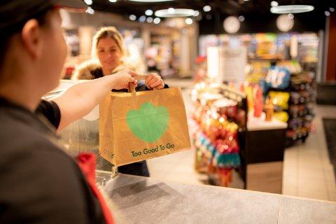 Forundringsposer. Circle K-kunder har reddet 200.000 poser med overskuddsmat gjennom appen Too Good To Go. Foto: Terje Borud