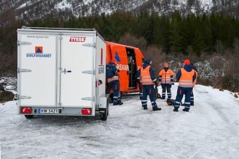 Risøyhamn 20210116.  Sivilforsvaret passer på veien som går inn til hytta hvor fem personer er savnet etter en brann på Risøyhamn i Andøy kommune i Vesterålen natt til lørdag. Foto: Jens André Mehammer / NTB