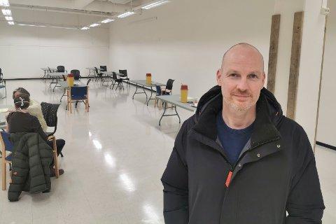 Helseleder i Bodø kommune, Stian Wik Rasmussen, i lokalene for massevaksinering. Dette bildet er tatt ved en tidligere anledning.
