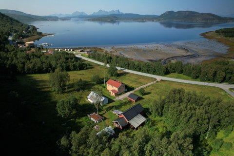Selges: Flere av bygningene på gården er fra 1800-tallet, og det eldre bolighuset kan være fra 1600-tallet. Gården ligger vestvendt, nært havet og med utsikt mot Vestfjorden.