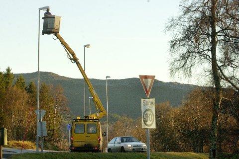Veilys. Gatelys. Fra Oppeid i Hamarøy. Mesta skifter lyspærer i veilys.