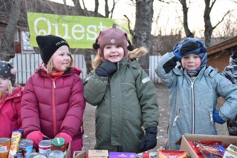 Lovise Sjøholt, Emilia M. Nyheim Svensen og Elijah André Henriksen Støvset var spente da Kirkens Bymisjon tok turen for å hente maten de har samlet inn..