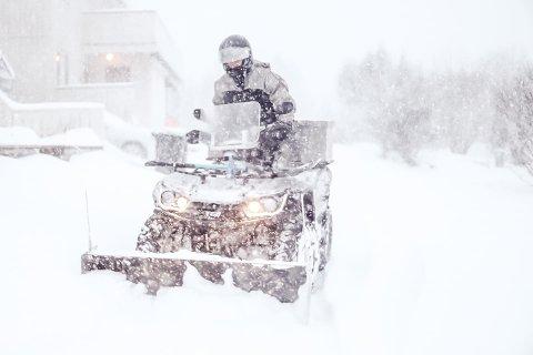 Etterspurt tilbud: Jim André Berger (33) har fått mye gjøre til nå, og det vil fortsette gjennom hele torsdagen og fredag. Det viser seg at mange benytter seg av hjelpen han tilbyr nå som snøen laver ned.