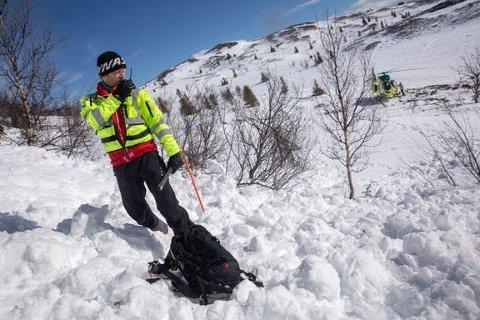 Redningsmann Christen Tellefsen i aksjon under skredøvelse på fjellet.