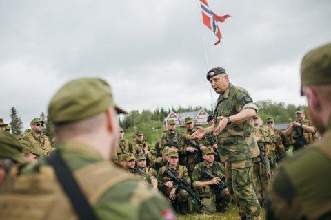 Sjef HV-14, Bengt Henriksen, i møte med soldater under øvelse Helgeland 2018