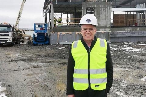Administrerende direktør i STIM Jim-Roger Nordly foran den nye fabrikken som bygges på Storeidøya på Leknes.