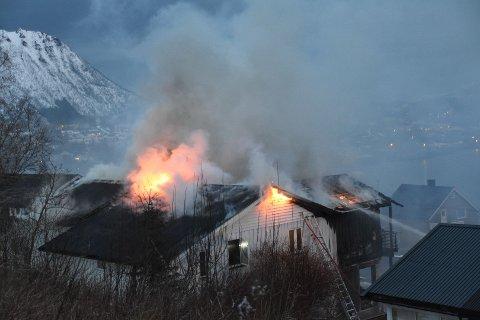 Et hus i Vesterålen var i full fyr i natt og ble totalskadd som følge av brannen.