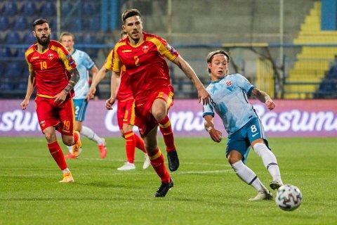 Montenegros Dusan Lagator og Norges Patrick Berg under VM-kvalifiseringskampen i fotball mellom Montenegro og Norge i Podgorica, Montenegro.