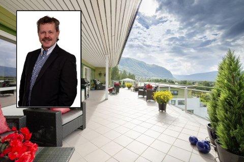 Leiligheten ligger i toppetasjen og har en terrasse på 70 kvadratmeter. Mandag ble den solgt for rekordsum. Her ved daglig leder i Notar Salten, Asbjørn Ingebrigtsen.