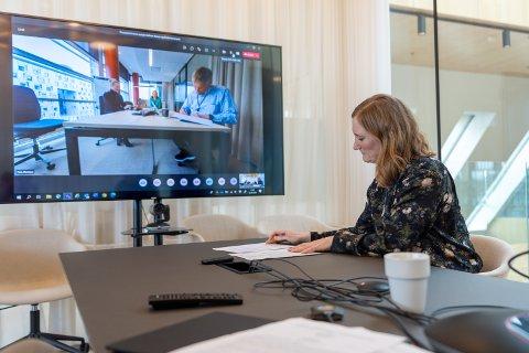 Signerte: Mens presse og øvrige ansatte fra Bodø kommune og Avinor fulgte med, signerte ordfører Ida Pinnerød og konsernsjef i Avinor Abraham Foss avtalen som sikrer videre fremdrift i flyplassprosjektet i fylkeshovedstaden.