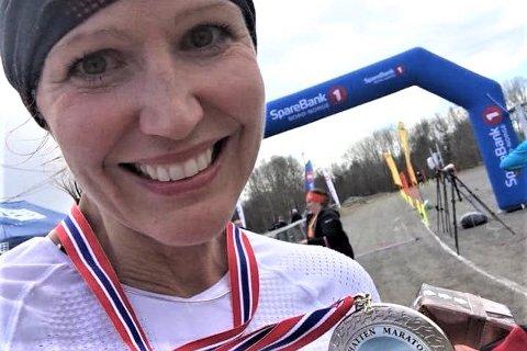 Monika Kransvik (46) er ny leder i Lofoten ultraløperklubb. Bildet er tatt da hun kom først i mål i Torghatten maraton i 2018. – Løpet var en forberedelse til et 105 kilometer langt løp i Jotunheimen, sier Monika.