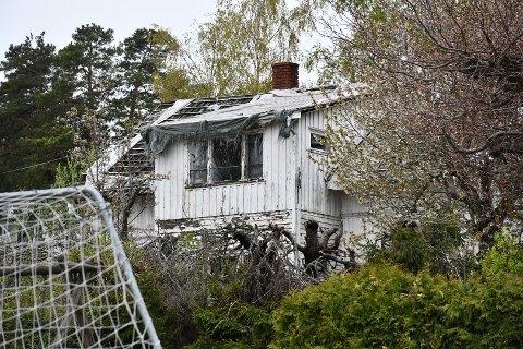 STÅR TOMT: Slik ser huset rett i nærheten av Husvik skole ut.