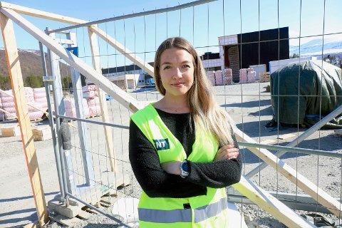 TIDLIG TILLIT: Lise Moen Fjelde (24) er assisterende prosjektleder i HENT, som bygger ny skole på Setermoen. Hun er en av få kvinner i byggebransjen, som bare utgjør elleve prosent.