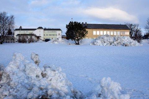 Samfunnshuset ligger til høyre i bildet. Like ved kommunens administrasjonsbygg. Foto: Christian A. Unosen