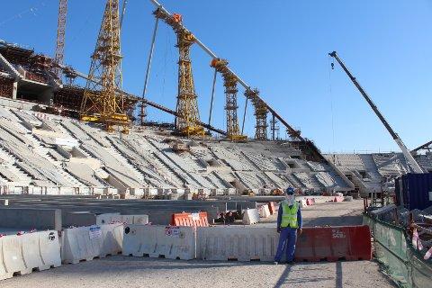 Doha, Qatar 20160210. Qatar er i full gang med å bygge stadionene til fotball-VM i 2022. Khalifa stadion i Doha skal rustes opp. Myndighetene i landet har fått kritikk for manglende sikkerhet på byggeplassene. Bildet er tatt under en omvisning ifm. AIPS-kongressen i 2016. Foto: Magnus Aabech / NTB
