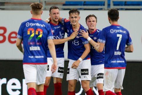 Jonatan Tollås Nation jubler for 1-1-scoringen mot Bodø/Glimt sammen med Henrik Udahl og resten av lagkompisene. Sistnevnte fikk en scoring feilaktig annullert for offside.  Foto: Berit Roald / NTB