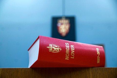 I november skal tenåringen forsvare seg for brudd på tre paragrafer i straffeloven.
