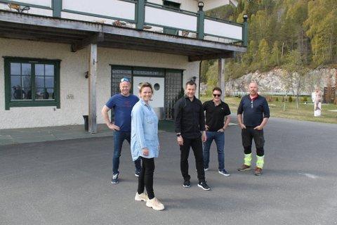 Nå avslører Ole Jonny Engan, Paul Gunnar Jansen, Camilla Olsen og Håvard Jansen hvor destilleriet skal plasseres. Her med Henry Hansen, hotellsjef ved Rognan hotell. Foto: Privat