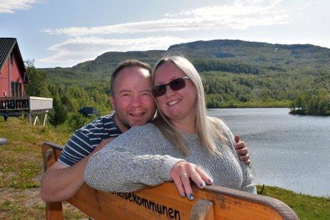 Bjørn Thomas Hansen og Laila Nilssen driver Sulitjelma Turistsenter. Det varme været setter imidlertid en stopper for åpningen av kafeen.