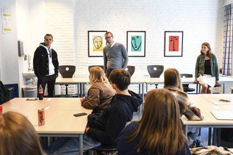 Joel Ystebø (t.v.) og Kjell Ingolf Ropstad på besøk hos Danielsen videregående for å fortelle om sitt syn på friskoler.