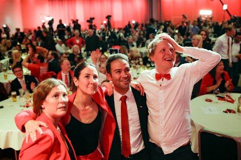 VALGVAKE: Spente Ap-medlemmer på Arbeiderpartiets valgvake. Fra venstre Astrid Scharning Huitfeldt, Tonje Brenna. Mani Hussaini og Åsmund Aukrust under Arbeiderpartiets valgvake på Folkets hus.