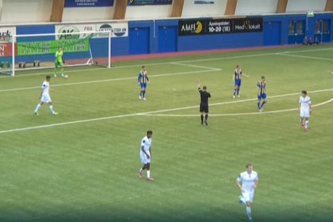 Her markerer dommer for offside etter Lasse Nordås' scoring. Det fikk aldri kommentator med seg.