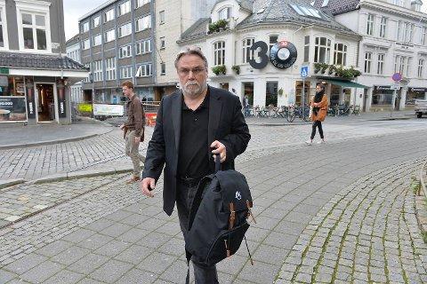 Det var 29 mennesker som søkte på den nyopprettede stillingen som kommunikasjonssjef ved DNS i 2012. Den som ble ansatt var Finn Bjørn Tønder, som kort tid i forveien hadde tatt sluttpakke i Bergens Tidende. Torsdag sluttet han. I protest. Her er han på vei fra møtet med DNS torsdag ettermiddag.