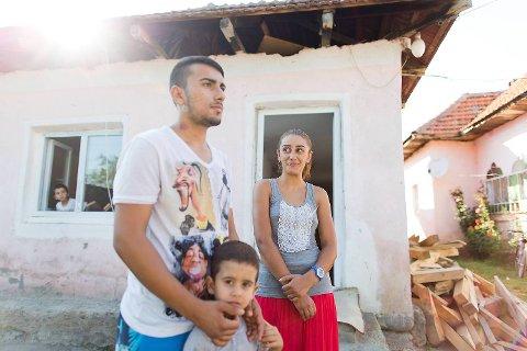 Armando (14) og Lavinia (15) er forlovet, og skal gifte seg om noen måneder. Sammen skal de ta ansvaret for Armandos småbrødre, Petrut (4) og David (i vinduet, også 4). Guttenes foreldre er i Bergen og tigger. Besteforeldrene mener det beste er at de unge gifter seg, slik at familien får flere hender i huset.