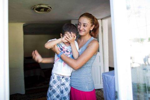 Lavinia (15) skal gifte seg med 14 år gamle Armando til vinteren. Allerede er hun og hennes kommende svoger David (4) gode venner.