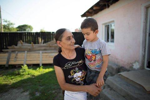 Bestemor Olimpia hjelper til med å passe Petrut og lhans tvillingbror David, men forteller at hun også har syv andre barnebarn å ta seg av.