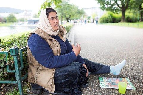 På gaten i Bergen prøver guttenes mor Irina å tjene til livets opphold for seg og barna. Barnas far Constantin er også i Bergen.