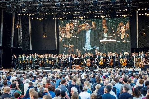 Bergen Filharmoniske Orkester hadde sommerkonsert på Torgalmenningen i august. Mange tusen mennesker var møtt frem. Dette var en av de siste konsertene med sjefsdirigent Andrew Litton, som har ledet orkesteret siden 2003.
