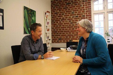 Regiondirektør i UDI region vest, Atle Berge og Siw Østensen, prosjektleder i Orange Helse. Fredag underskrev UDI en kontrakt med Orange Helse om å få på plass et nytt mottak for enslige mindreårige asylsøkere i Bergen.