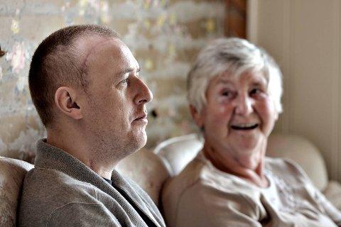 Chriss Martin Knappen er hjemme der han ble syk i sommer. Her sammen med bestemor Borgny Knappen.