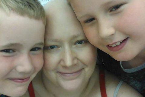 Sammen: Her er Camilla sammen med sønnene Ivar (7) og Elias (9) under en cellegiftbehandling i mai i år. Foto: Privat