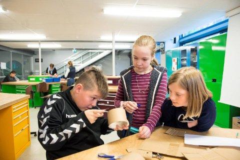 Julian Pavez Cadegan (11), Karen Gullveig Alver Vatnelid (11) og Sofie Sande (11) arbeidet sammen på gruppe som oppfinnere.