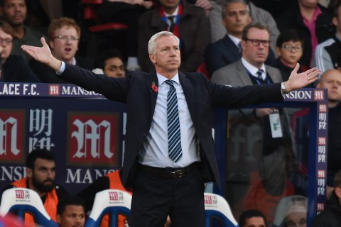 "Football - Crystal Palace v Manchester United - Barclays Premier League - Selhurst Park - 31/10/15 Crystal Palace manager Alan Pardew Action Images via Reuters / Tony O'Brien Livepic EDITORIAL USE ONLY. No use with unauthorized audio, video, data, fixture lists, club/league logos or ""live"" services. Online in-match use limited to 45 images, no video emulation. No use in betting, games or single club/league/player publications.  Please contact your account representative for further details."