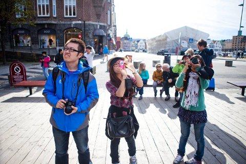 Aldri før har så mange turister besøkt Bergen som i 2015 og kinesiske turister er blant dem som strømmer til byen vår som aldri før. – Den svake kronekursen har stor innvirkning på hvor mange som kommer, sier NHO bransjesjef Wenche Salthella. Arkivfoto: Emil Weatherhead Breistein.