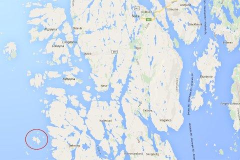 Fritidsbåten som har bedt om bistand skal ha gått på land ved Lyngøyna, noen hundre meter vest for Telavåg. KART: GOOGLE