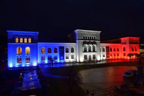 Naturhistorisk museum er lyssatt i blått, hvitt og rødt.